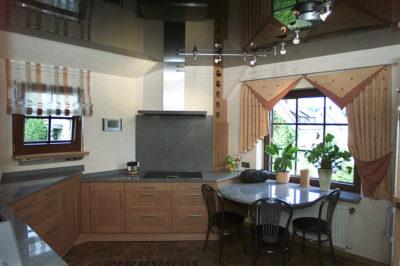Hochglänzende Spanndecke (schwarz) in Küche von Axelor