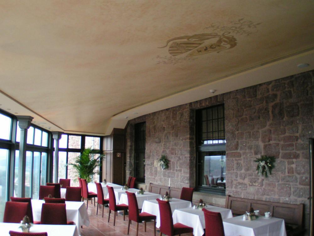 Bedruckte Spanndecke von Axelor in einem Restaurant