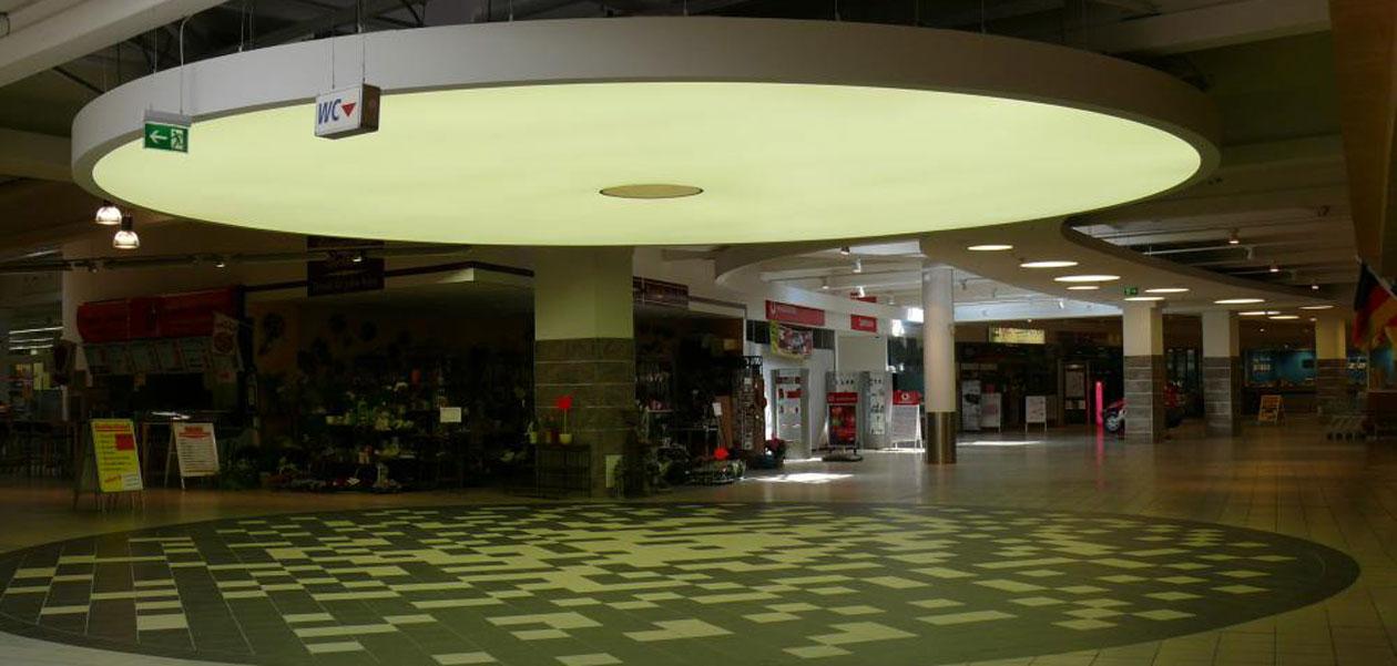 Axelor beleuchtete Deckensegel im Einkaufszentrum